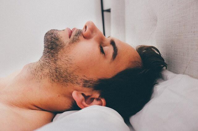 Snurken stoppen: slapende man op rug