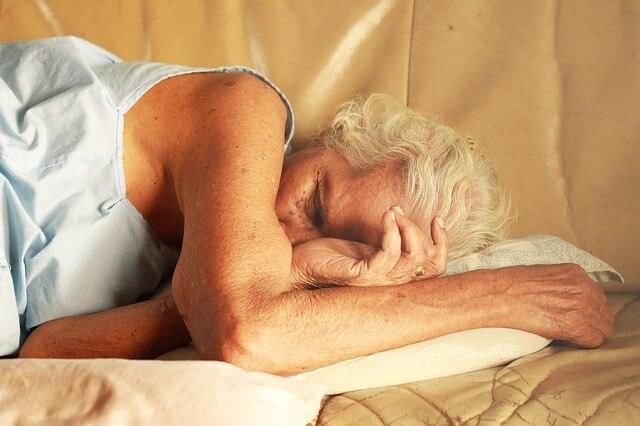 Wat helpt tegen snurken - slapende oude vrouw